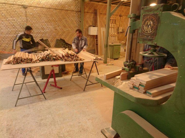 <p>تجهیز یک استودیوی اختصاصی چوب در منطقه صنعتی شرق تهران و بکارگیری استعدادهای جوان و باانگیزه و نیز پیوستن اعضایی جدید و موثر به تیم، به مجموعه فرمی مدرن و متمرکز بخشید.</p>